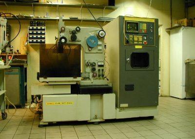 Trådgnistning i fyra axlar är effektivt för att göra avancerade former med exakta toleranser. Maskinen klarar detaljer upp till 200x300 mm, maxhöjd 110 mm.